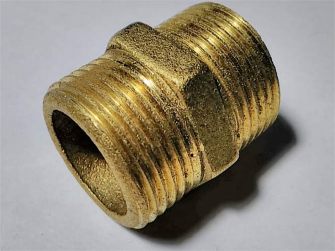 Водопроводный латунный ниппель с резьбами 25-25 мм