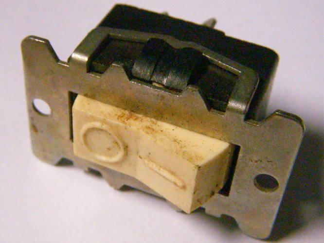 Клавиша на 4А советского пылесоса на металлическом креплении
