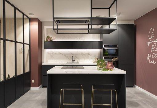 model design - cuisine moderne noir avec îlot