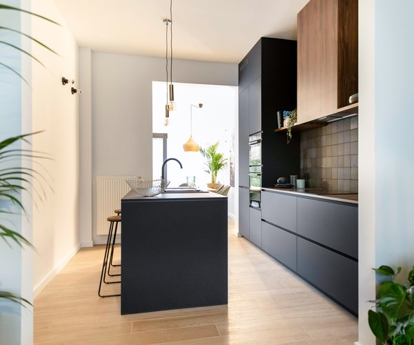 Blind gekocht zwarte keuken met keukeneiland .jpg