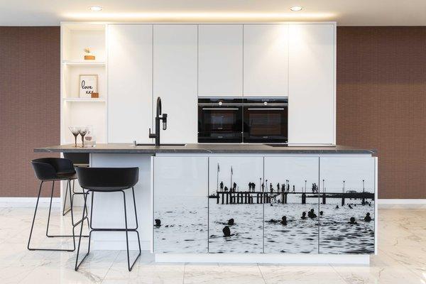 cuisine personnalisée avec impression photo sur les portes d'armoires
