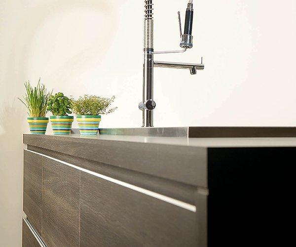 Moderne keuken in houtstructuur - Model Alupro - Zuivere lijnen