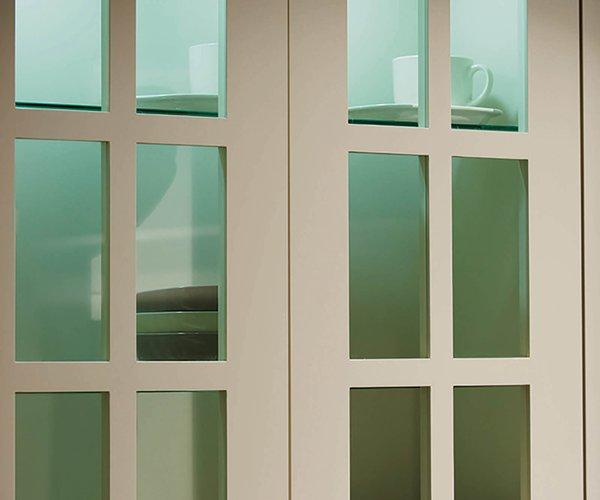 Cuisine rustique en L - Modèle Sorento - Portes d'armoires vitrées
