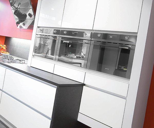 Cuisine moderne blanche avec façades en verre laqué - Modèle Sirius - Façades en verre laqué