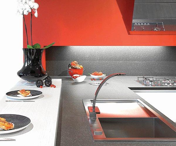 Cuisine moderne blanche avec façades en verre laqué - Modèle Sirius - Plan de travail en granit