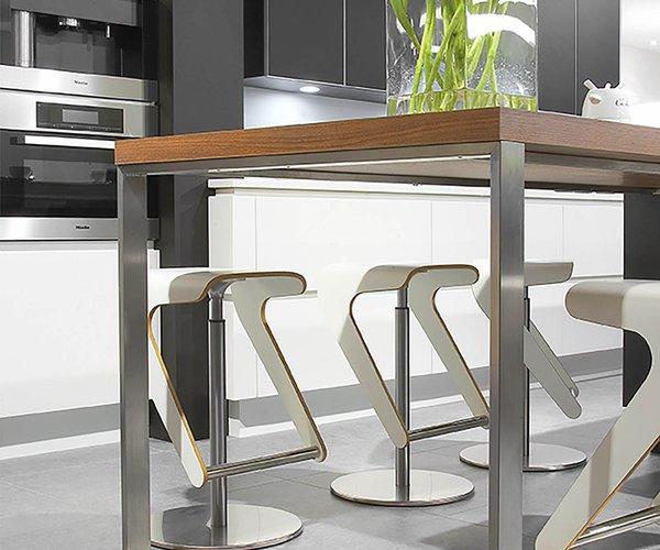 Moderne keuken zwart gelakt glas - Model Sirius - tafelpoten in inox
