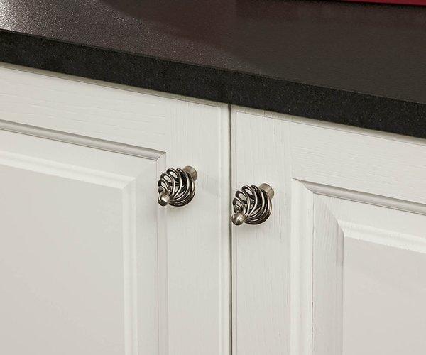 Witte geborstelde eiken keuken - Model Cottage - Handgrepen in retro-stijl