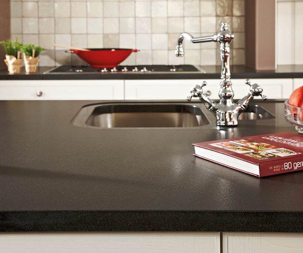 Witte geborstelde eiken keuken - Model Cottage - Werkblad in natuursteen