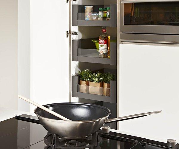 Witte moderne keuken met eiland - Model Design - Kolomkast met uittrekbare laden