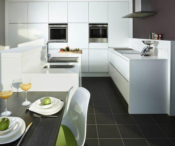 Cuisine moderne blache avec île de cuisine - Modèle Design - Association noir-blanc
