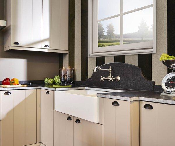 Landelijke zandkleurige keuken - Model Geneve - Veel landelijke elementen