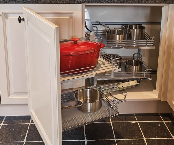Cuisine rustique avec corniche - Modèle Cottage - Solution d'angle pratique