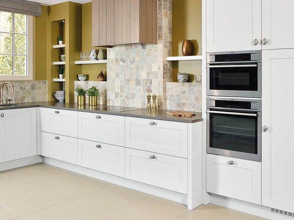 Witte landelijke keuken in l-vorm