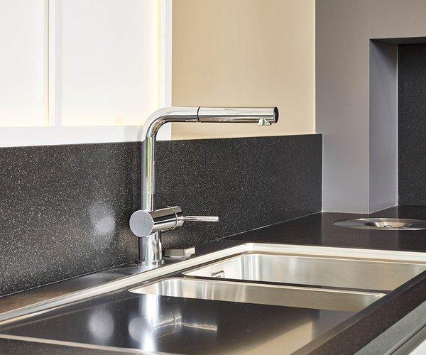 Strakke moderne keuken - Model Sirius - Spatwand in natuursteen