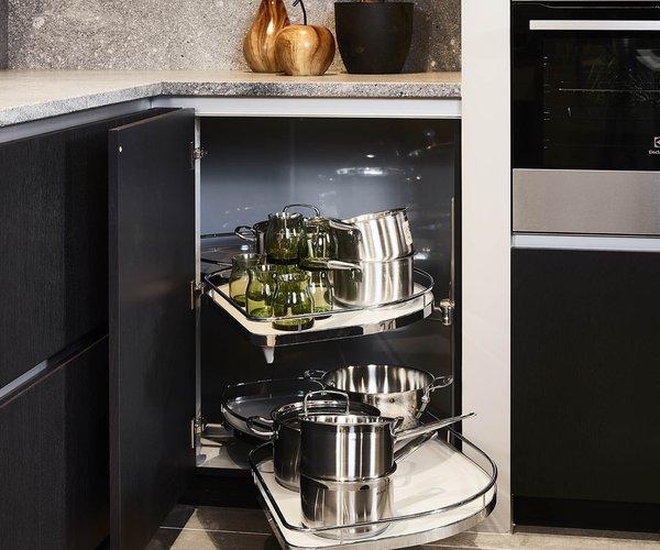 Cuisine moderne noir en placage de bois - Modèle Design - Solution d'angle ingénieuse