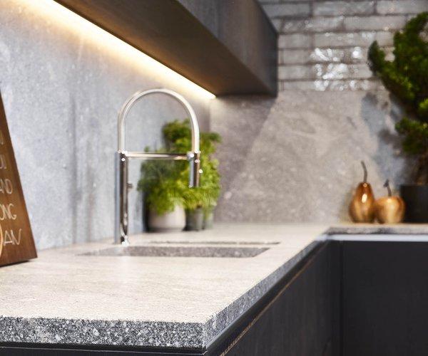 Cuisine moderne noir en placage de bois - Modèle Design - Plan de travail en pierre naturelle