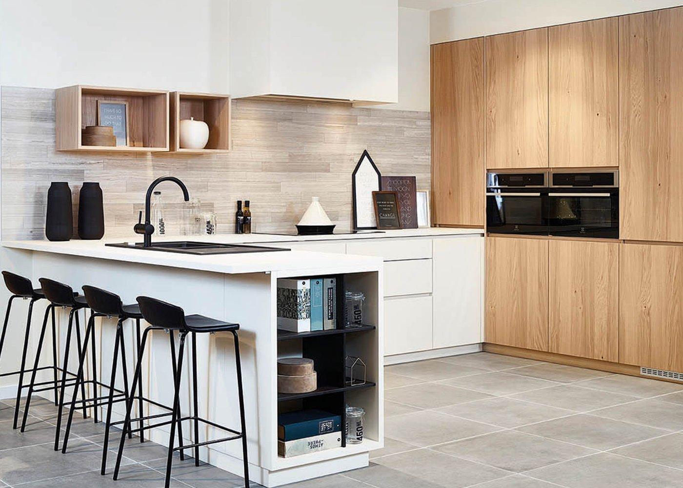 Moderne keuken met wand in fineer eik - Model Design