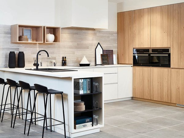 Moderne keuken met wand in fineer eik - Model Design