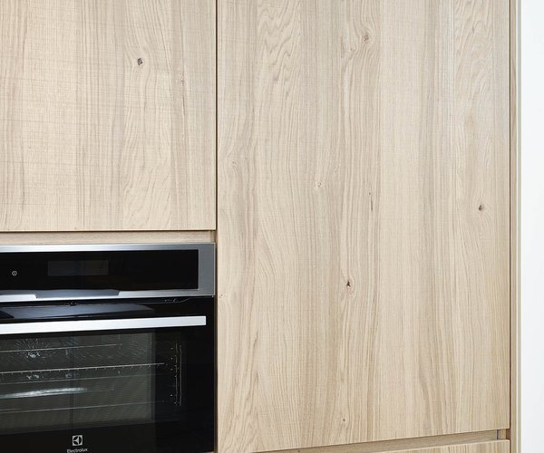 Moderne keuken met wand in fineer eik - Model Design - Kastdeuren in scarved oak