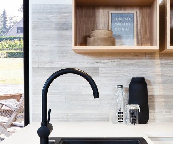 Moderne keuken met wand in fineer eik - Model Design - Contrasterende kraan en spoelbak