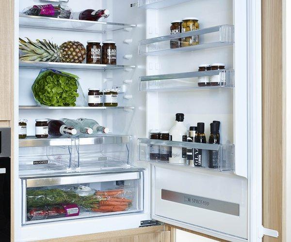 Moderne keuken met wand in fineer eik - Model Design - Ingebouwde koelkast
