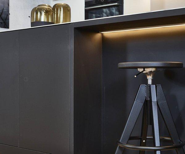 Cuisine moderne sans poignée en noir-blanc - Modèle Design - Ilot de cuisine noir
