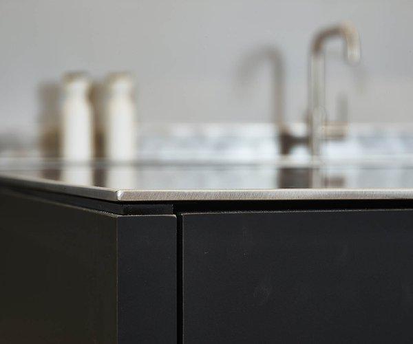 Cuisine moderne sans poignée en noir-blanc - Modèle Design - Plan de travail en inox