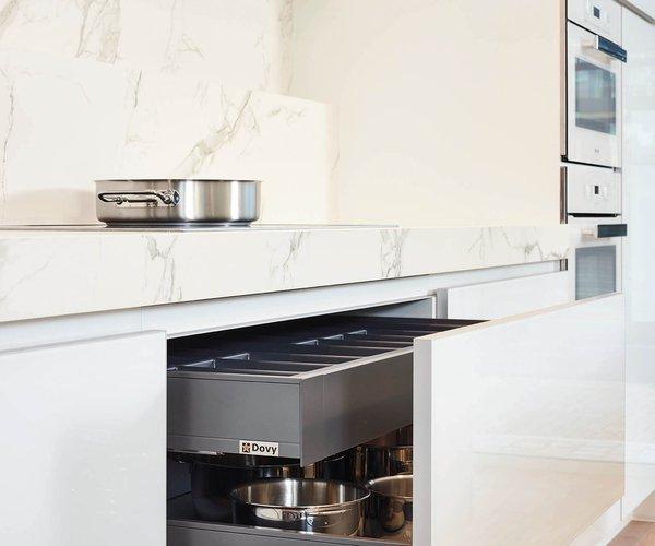 Cuisine blanche moderne en verre laqué - Modèle Sirius - Tiroirs avec tiroirs intérieurs