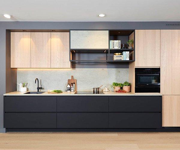 Mat zwarte keuken met fineer eik - Model Design