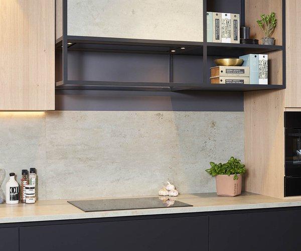 Mat zwarte keuken met fineer eik - Model Design - Dampkapconstructie in smeedijzer
