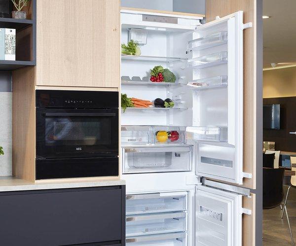 Mat zwarte keuken met fineer eik - Model Design - Koelkast met diepvries