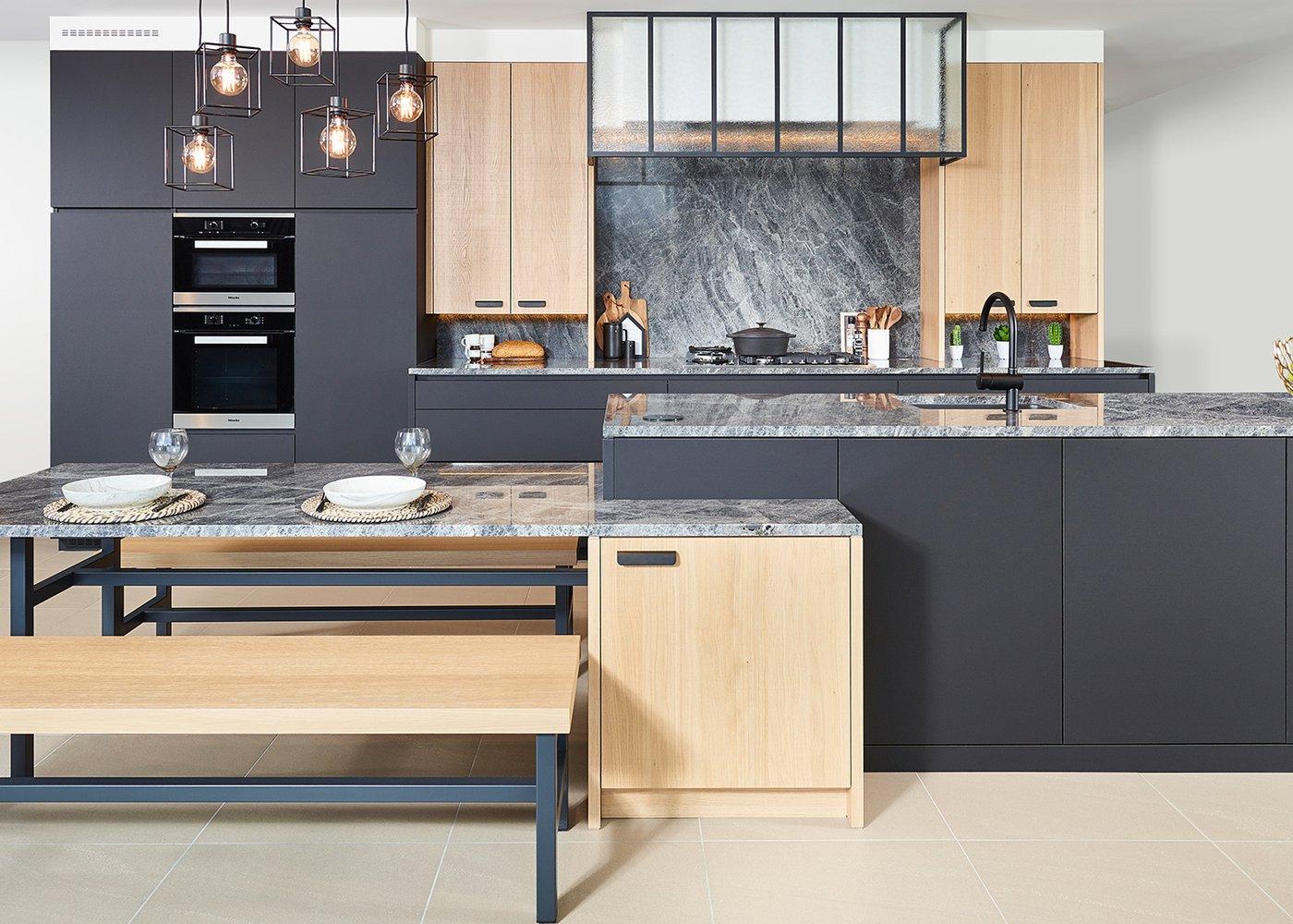 Moderne zwarte keuken met 'scarved' fineer eik - Model Design-Toronto