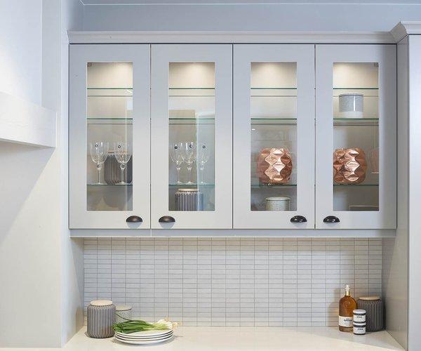 Cuisine rustique avec une touche moderne - Modèle Provence 10 - Armoires hautes vitrées