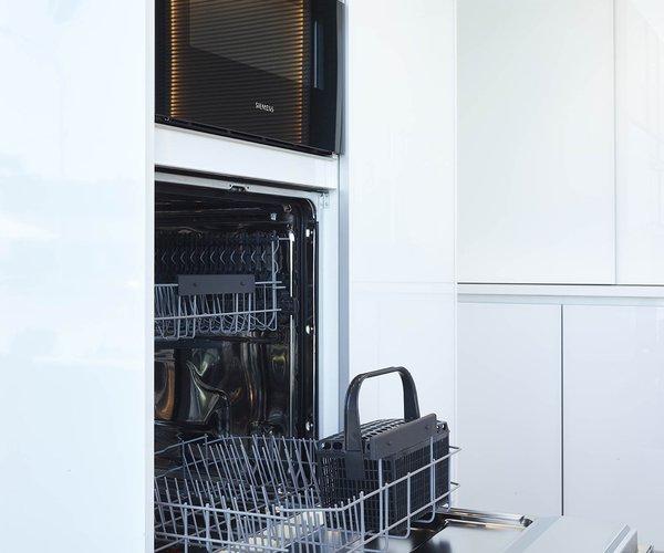 Witte keuken in glas - Model Sirius - Vaatwas op werkhoogte