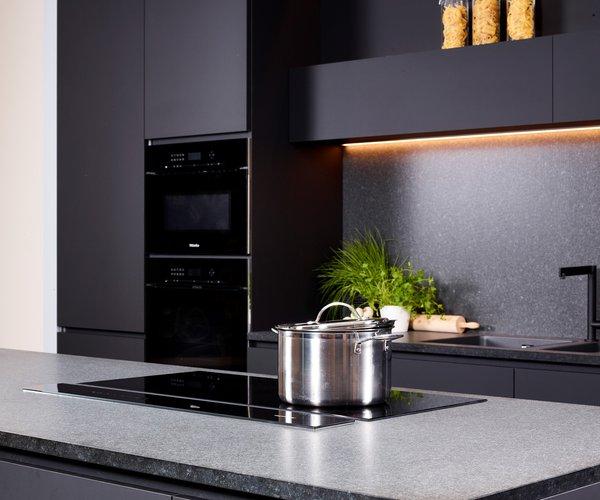 Moderne zwarte keuken zonder grepen - Model Design - Zwarte inbouwtoestellen