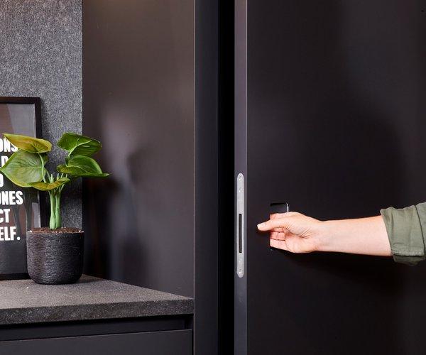 Moderne zwarte keuken zonder grepen - Model Design - Deur met onzichtbare scharnieren