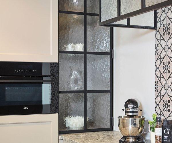 Cuisine rustique peint à la main - Modèle Les Flandres - Porte d'armoire en fer forgé avec verre mat