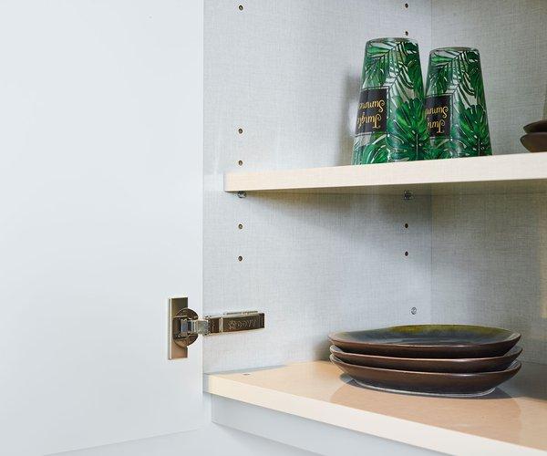 Strakke moderne laminaatkeuken - Model Design - Binnenkant kast in glanzend laminaat