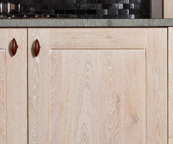 Cuisine rustique en chêne cérusé - Modèle Savannah - Portes d'armoires en chêne