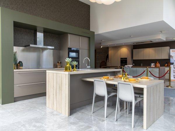 Moderne keuken met kookeiland en zitgedeelte te koop in toonzaal van Dovy Keukens Namen