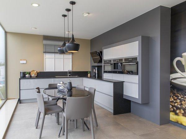 Moderne glanzende keuken in l-vorm te koop in toonzaal van Dovy Keukens Namen