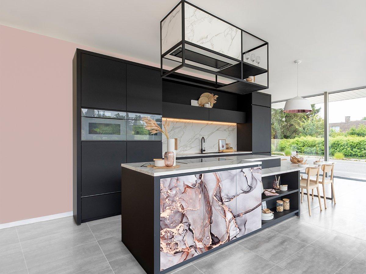 Zwarte keuken met eiland en roze glasdeuren