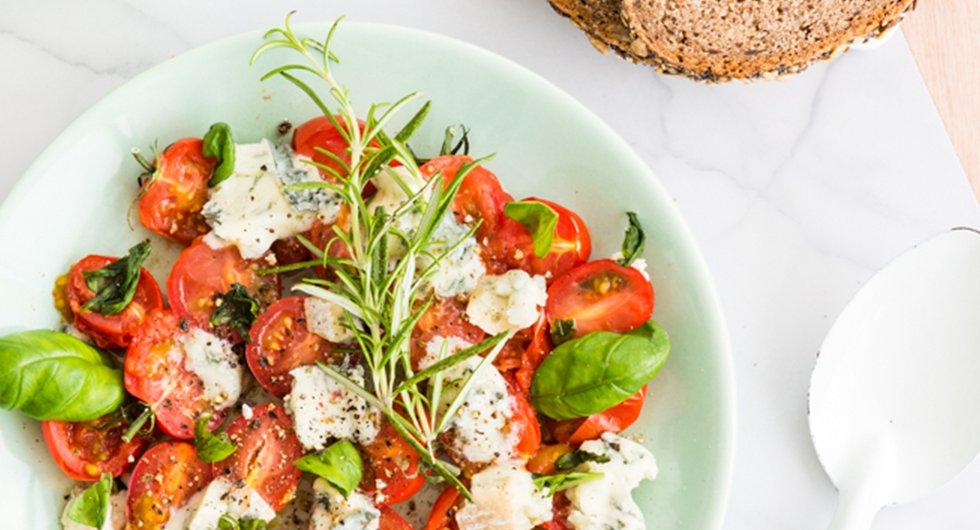 Recept: Warme tomaatjes met gorgonzola en basilicum