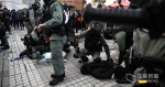 12.22 Solidaritätskundgebung: Angeklagter des Komplotts, um Polizisten zu überladen 22-jähriger arbeitsloser Mann gestand, gegen Polizisten zwei Verbrechen zu zwei Straftaten verurteilt zu 28 Monaten Gefängnis verurteilt