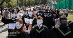 «China University Graduation Ceremony» Porter des masques v, tenant le drapeau des étudiants de Hong Kong: la répression politique de l'Université de Chine pour annuler la cérémonie de remise des diplômes est «drôle»