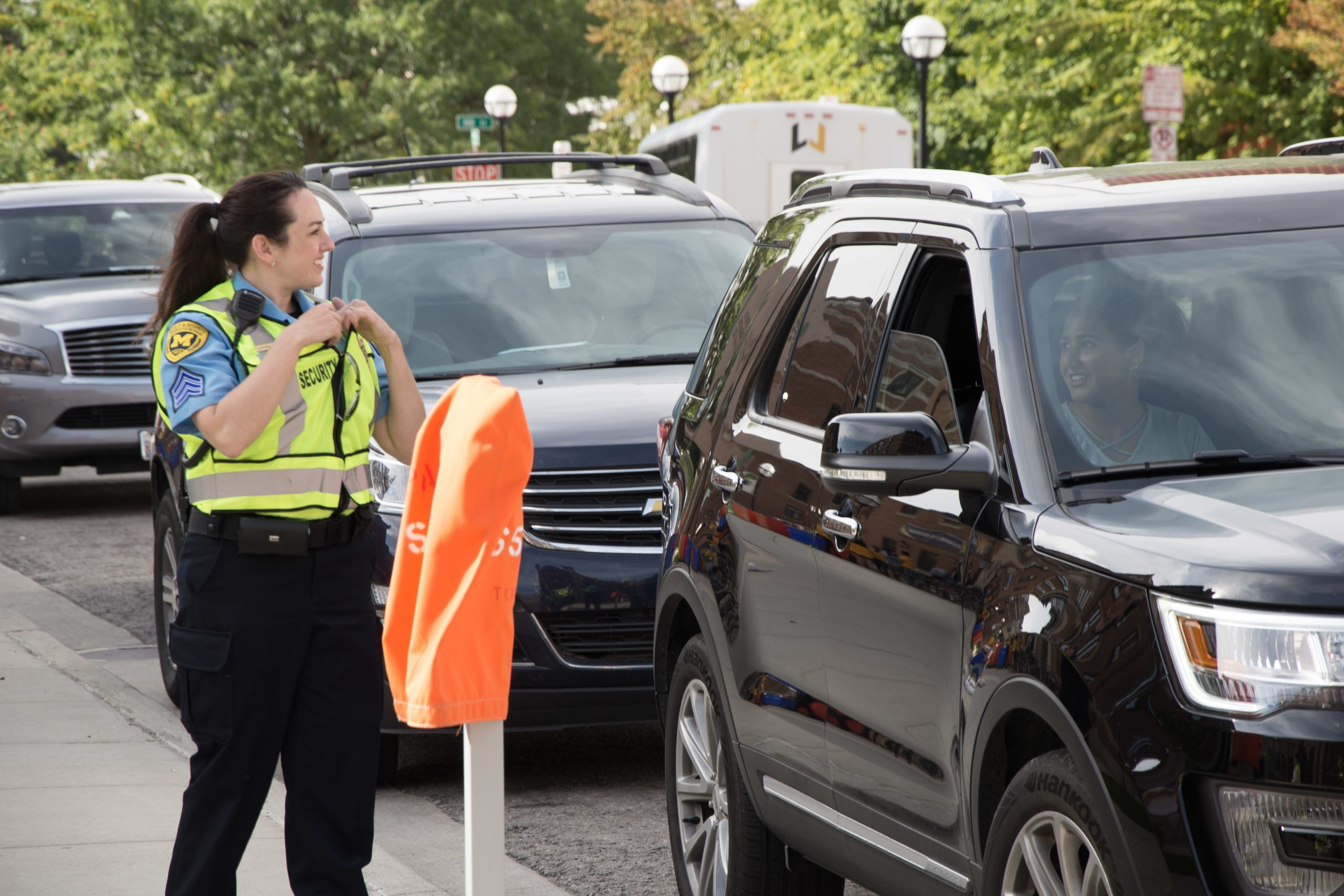 Michigan Medicine Security Officer welcoming parents and student during student move in