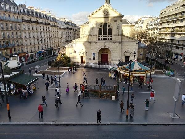 Hégémonie du bitume carboné, appauvrissement du végétal et disparition du mobilier urbain : le regrettable aménagement de la place Jules Joffrin.