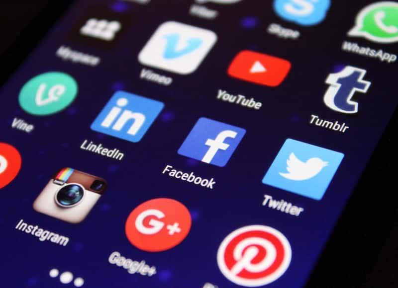 Tela de celular mostrando aplicativos que se beneficiariam do uso da nova media query prefers-reduced-data.