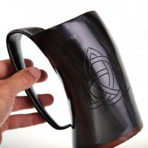Horn-Krug mit keltischem Knoten