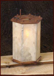 Laterne aus Holz mit Rohhaut DHBM-1923094100